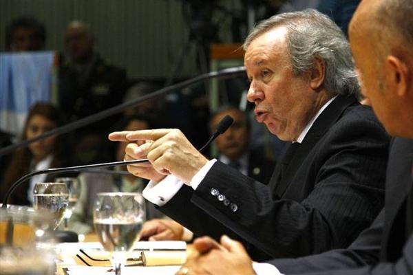 """""""Nosotros no pactamos con nadie ni vemos complotaciones por todos lados"""", lanzó el gobernador de Santa Cruz.."""