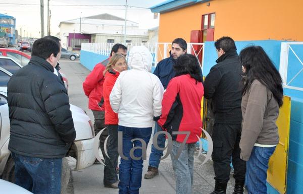 Autoridades escolares, personal de Camuzzi y técnicos de Obras Públicas revisan el medidor del establecimiento.