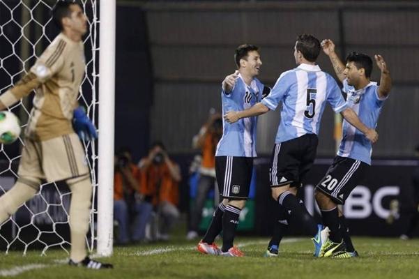 ALEGRÍA. Messi festeja con Gago y Agüero el primer gol del partido.