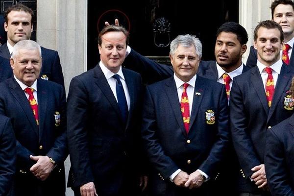 El momento en que la cámara captó el gesto burlón del rugbier Manu Tuilagi al Primer Ministro británico.