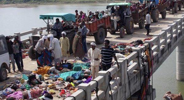 Los cuerpos de decenas de fallecidos en la estampida permanecen amontonados en el puente.