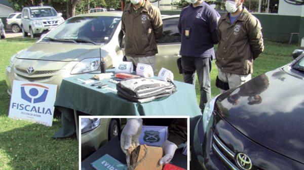 Integrantes del equipo antinarcóticos OS7 de Carabineros exhibe la droga incautada y los vehículos en que se movilizaba la banda.