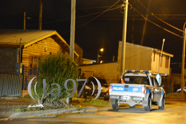 En la imagen puede observarse el vehículo en el cual los ladrones transportaron las cosas robadas