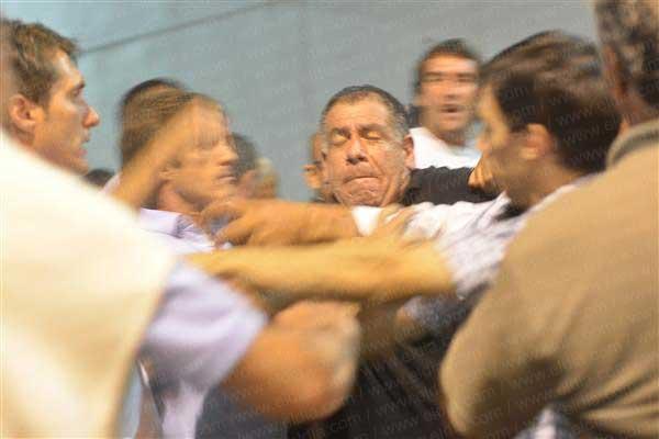 mellizos  estudiantes pelea