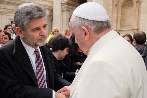 Encuentro. El papa Francisco conversa con el funcionario en la Plaza San Pedro. Al día siguiente del 2 de abril verá a Isabel II.