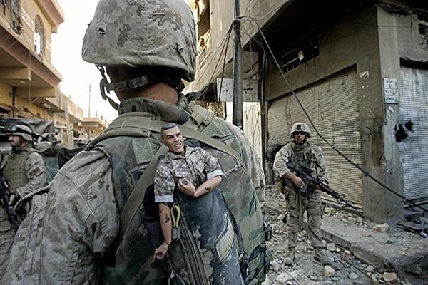 La foto que le valió el Pullitzer en 2004. Un infante de marina de EE.UU. lleva un muñeco como amuleto en su mochila, mientras su unidad avanza hacia la parte occidental de Faluya, Irak.  Foto:  AP  / Anja Niedringhaus