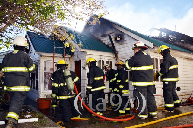 Personas de bomberos combatiendo el incendio