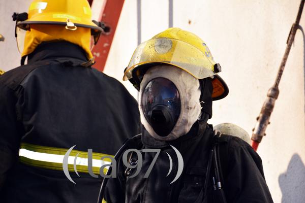 Un bombero con su máscara listo para ingresar a la vivienda siniestrada