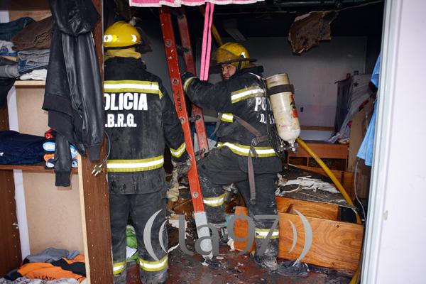 Bomberos trabajando en la extinción del fuego.