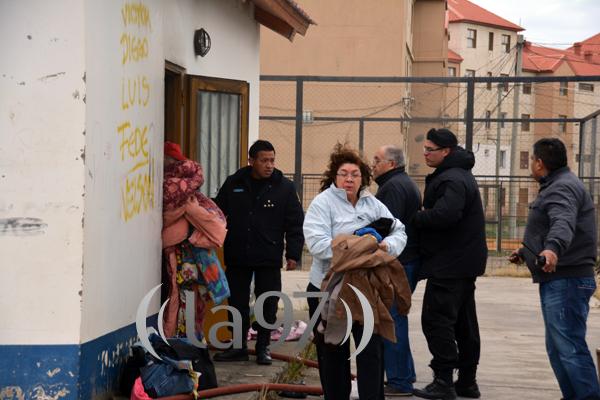 Personas sacando y salvando las pertenencias de los chicos.